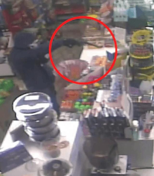 澳洲女店员淡定打发持枪劫匪,手指门口就让劫匪灰溜溜地空手离去