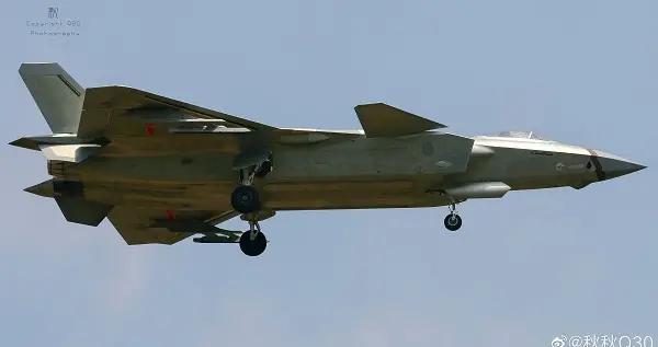 歼20战斗机携事多联装挂架试飞 或不久我们可看到野兽状态的歼20