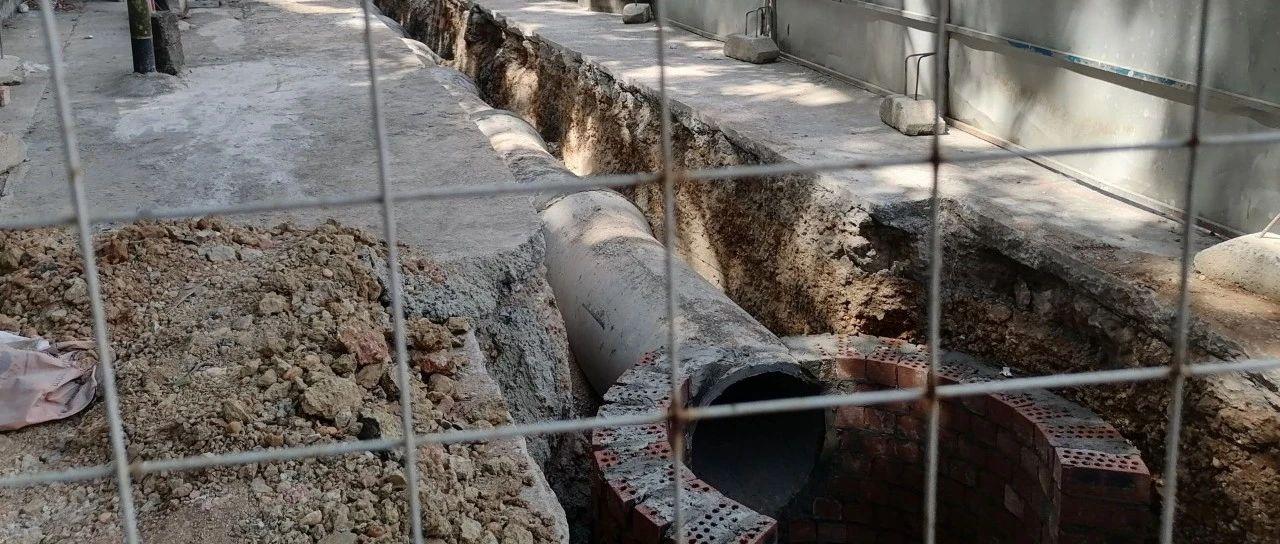 小区排污借道改造引争议。施工方回应:借用小区围墙内空地建工作井,过后将恢复原貌