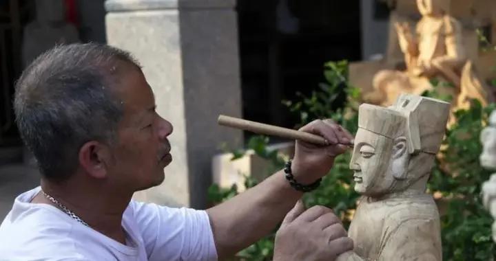 """什么是""""匠心""""?木头变艺术品,百年工艺手工木雕师傅的艺术人生"""
