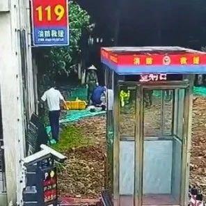 南昌3名环卫工人掉入地下排水渠 消防员90秒连救3人