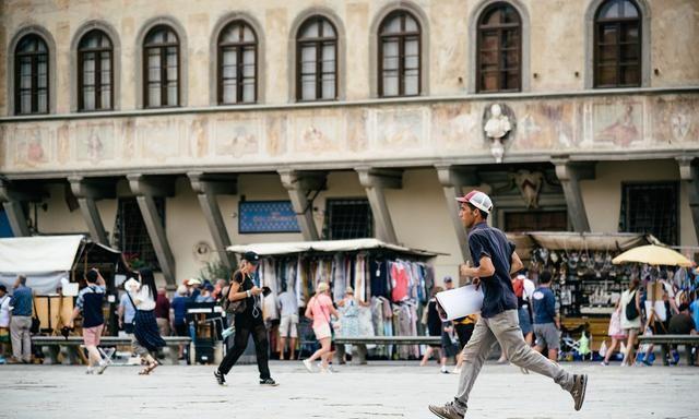 终于来到佛罗伦萨,米开朗基罗居然埋葬在这座广场的教堂里