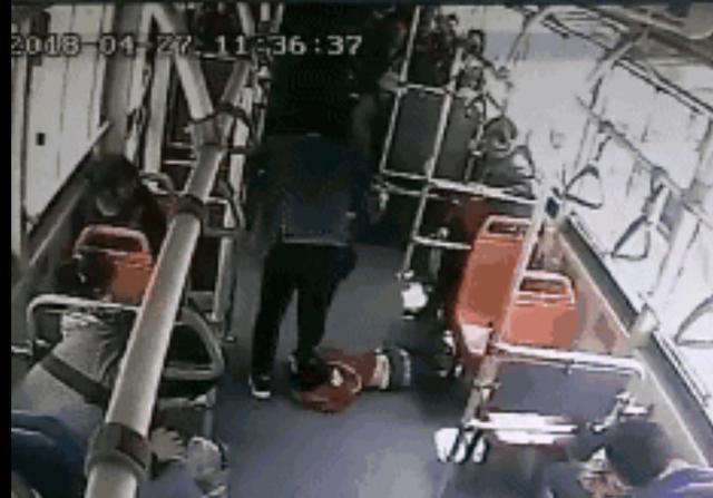 公共汽车上,男孩屡次踢踹乘客,教育无果后,受害人的反击太残忍
