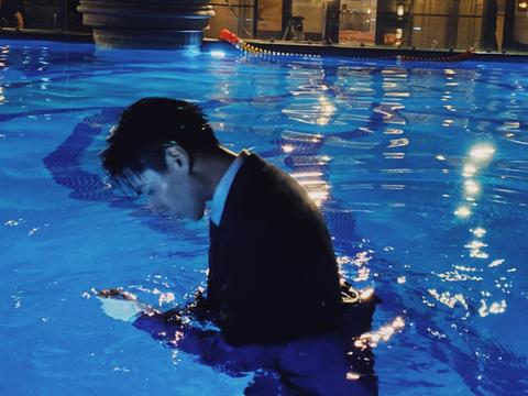 胡一天游泳池拍戏,镜头下的胡一天暴露26岁真实颜值!
