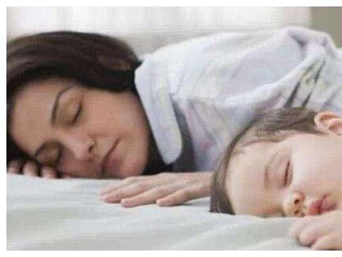 这样哄孩子睡觉,最伤害大脑,好多家长都有这个习惯!