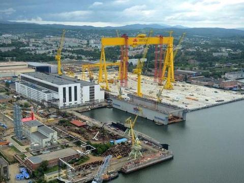 俄明星造船厂拿到11万吨大单,中国龙门吊帮大忙了,美军难受不已