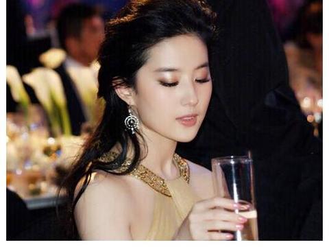 14年前她为刘亦菲撑伞,14年后她甩刘亦菲一大截,风水轮流转