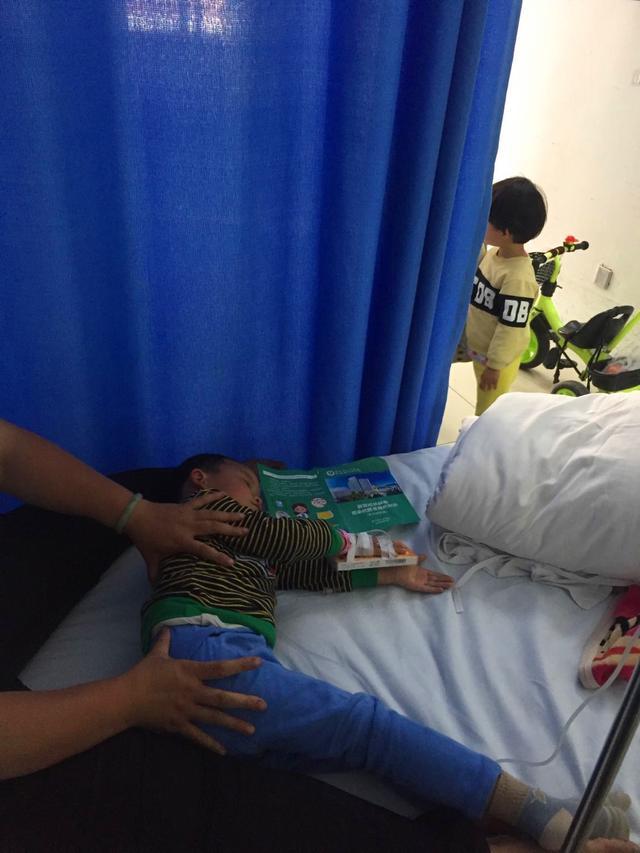 3岁试管男孩患罕见病无法站立,妈妈却无力哄抱:想死的心都有了