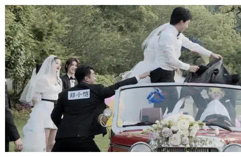 奔跑吧:郑恺拽下郭麒麟裤子时,大家都在笑,有人注意李晨在做啥