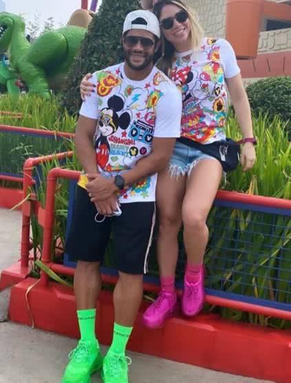 胡尔克与前妻外甥女游迪士尼吃雪糕+穿情侣装,女方粗壮双腿惹眼