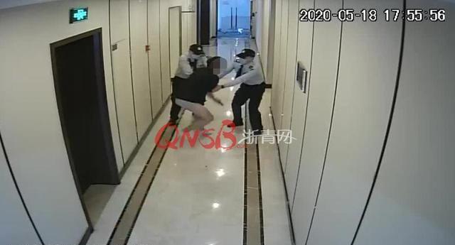 怎么了?杭州一男子只穿着平角短裤从写字楼冲出