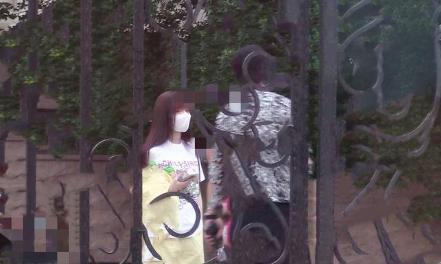 李小璐贾乃亮离婚后首度同框!甜蜜陪女儿玩耍