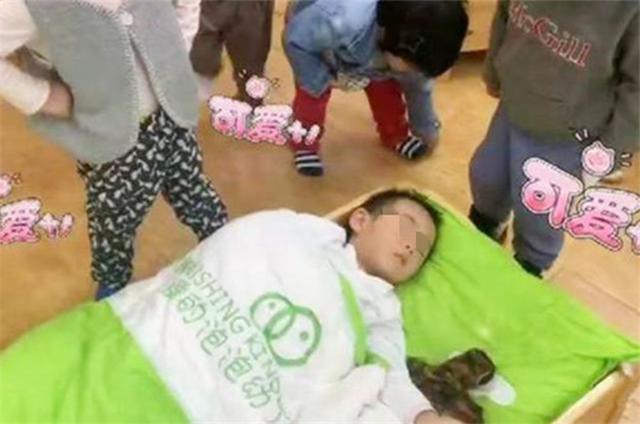 """""""最贪睡宝宝""""走红网络,全班师生共同围观睡觉,网友:强啊"""