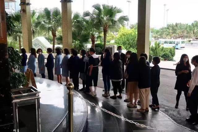 赌王葡京酒店追悼会,澳门市民和员工自愿排长队,瞻仰遗容致敬
