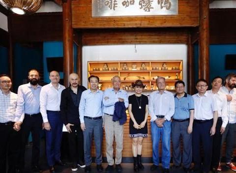 徐锦江夫妇罕见同框,46岁殷祝平穿衬衫骑士帽