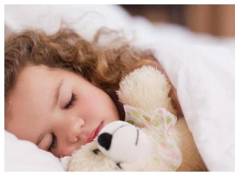 """宝宝睡醒后,睡衣却变成""""露肩装"""",呆萌可爱模样逗笑妈妈"""