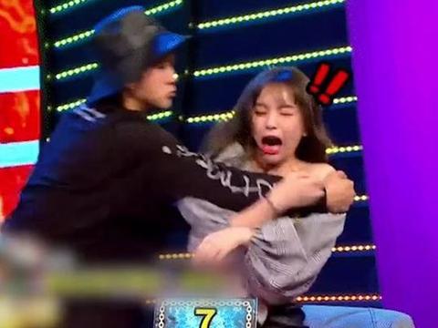 罗志祥节目中骚扰女嘉宾,导致差点走光,还故意用肘碰其胸!