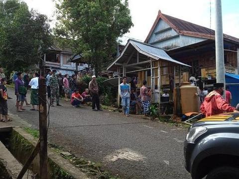 印尼16岁女孩委身45岁亲戚,再难找婆家,家人围观亲哥乱刀砍她