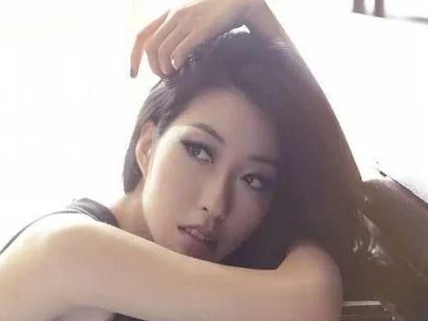 曲婉婷:母亲贪3.5亿送她出国,入狱后她却和男友大秀恩爱
