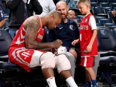 球星赛后都送啥给球迷?詹姆斯送天价签名鞋,却不舍得送一双鞋垫