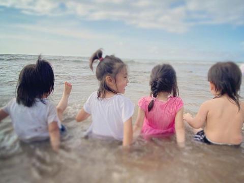 贾静雯儿童节带孩子度假,咘咘和bo妞简直就是爸妈的翻版,太像了