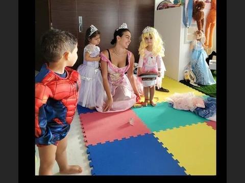 乔妹晒合影,C罗仨萌娃齐上阵,俩女儿化身公主,小儿子变蜘蛛侠