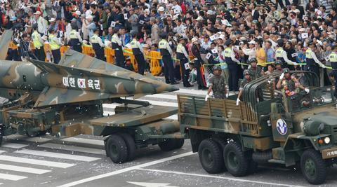 美国搞双重标准!别人导弹超300公里就制裁,韩国造800公里没啥事