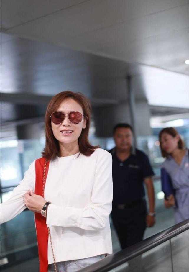 叶一茜和田亮现身机场,穿白色上衣搭配破洞牛仔,清爽简约又洋气