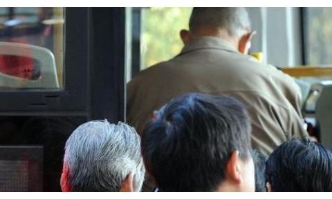 10岁男孩公交车让座,正要拿书包,就被老人摔地上,孩子大哭起来