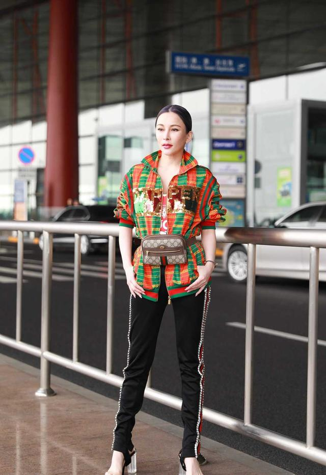 """温岚的机场造型真有""""范"""",穿格纹外套配收脚裤,挂个腰包当皮带"""