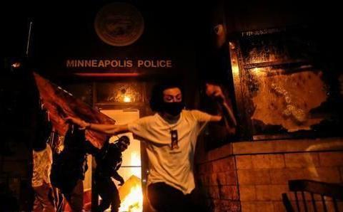 国民警卫队34师进城对示威民众警告 发射油漆弹进行标记