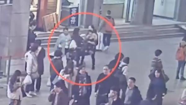 上海站抢2岁女童案开庭,被告人获刑一年半