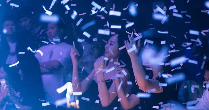 他拍下成都夜店里的都市男女,用镜头展现年轻人的集体狂欢