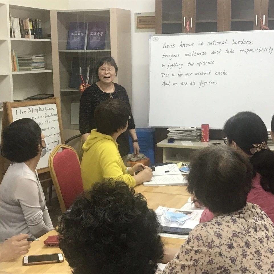 """""""老学生""""跟着退休教师免费学英语,浦东这个小区的琅琅读书声很""""洋""""气!"""