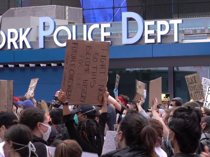 记者直击纽约时报广场示威活动 纽约市周一晚实施宵禁
