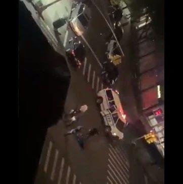 围观民众当场被吓傻!纽约一警察被车辆直接故意撞飞