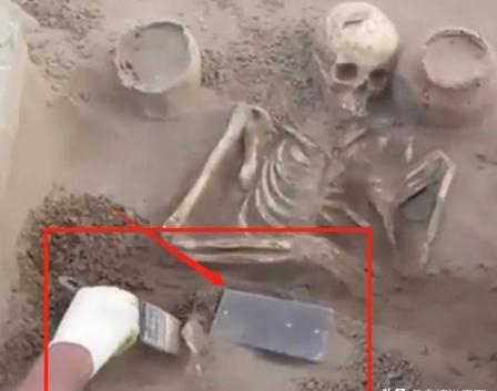 """真有穿越者?考古专家古墓中挖出一台""""手机"""",距今2137年"""