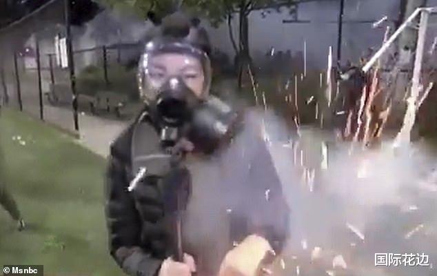 美国警察向示威者发射闪光弹,华裔女记者被击中后身上爆出火花