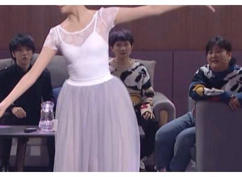 关晓彤大胆挑战芭蕾舞,看完她跳舞的身姿后,说是专业舞者也信了