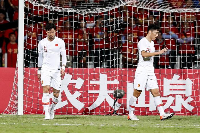明明是张琳芃乌龙球让国足1-2叙利亚,为何球迷却把矛头指向王刚