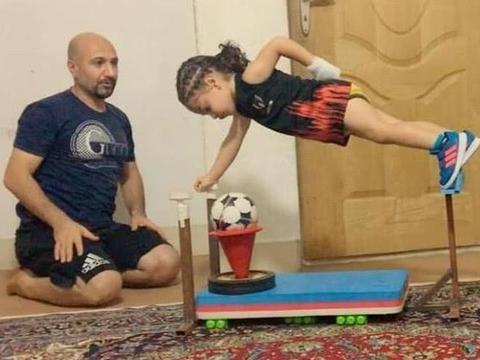 伊朗4岁男孩练出一身肌肉,年收入百万,家人靠他过上富裕生活!