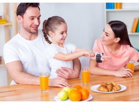 吃饭看出孩子百态,孩子的餐桌教育,家长别忽视
