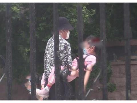 李小璐贾乃亮离婚后首次同框,两人陪甜馨玩耍画面超温馨