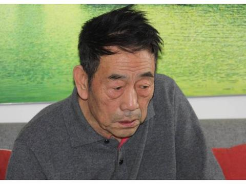 88岁杨少华上街吃小吃,上衣揣着存折,退休金曝光直称凑合花