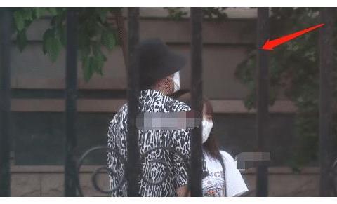 李小璐贾乃亮离婚后首同框,打扮太嫩,快40岁的人就像姐姐!