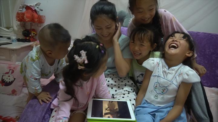 侄女们古灵精怪,看到四娘5年前的照片这样评价,逗得晨晨笑翻天