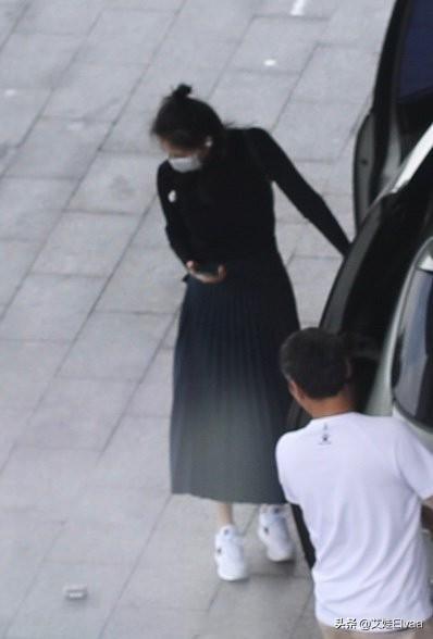 高圆圆终于一改颓势,穿半身裙秀好身材,捡垃圾变环保能手