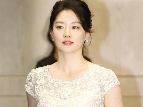 李英爱的高级贵妇感很难被超越,穿刺绣鱼尾连衣裙,美得不可方物