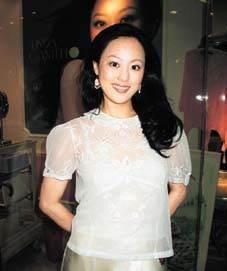 56岁章小蕙依旧性感热辣,半露酥胸,曾把2个亿万富豪买到破产
