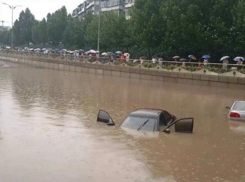 广州暴雨后,车主为防淹齐秀神招,网友:九年义务教育真没白上